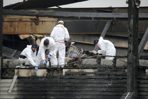 ETTERFORSKNINGEN AVSLUTTET: Krimteknikere på plass i brannruinene i Moelv, kort tid etter brannen. Totalt har politiet blant annet gjennomført 110 avhør. Nå er etterforskningen avsluttet.