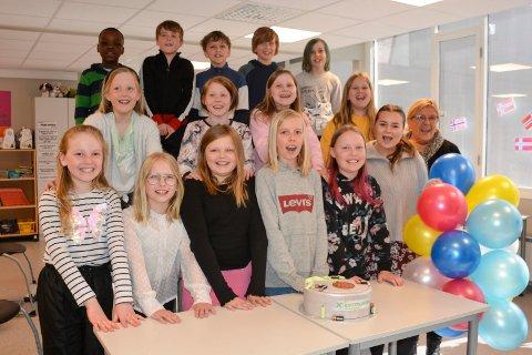 4. klasse Hempa skole: Kontaktlærer Helene Kleven (ved ballongene) og barneveileder Lillian Hovdedalen (helt til venstre) jublet sammen med elevene i fjerde klassen