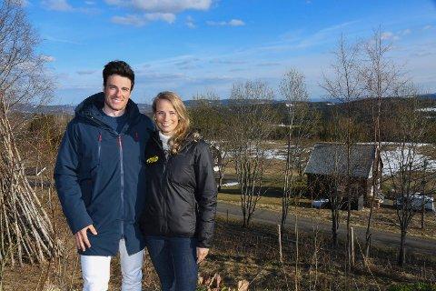 Lykkelige i Lismarka: Lucas Chanavat og Karoline Conradi Øksnevad har vært samboere i fire år. - Vi stortrives her i Lismarka, sier de.