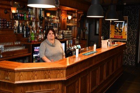 ÅPNER: Anne Marie Antonsen gleder seg til å åpne Pub'n i Brumunddal igjen etter flere ukers nedetid.