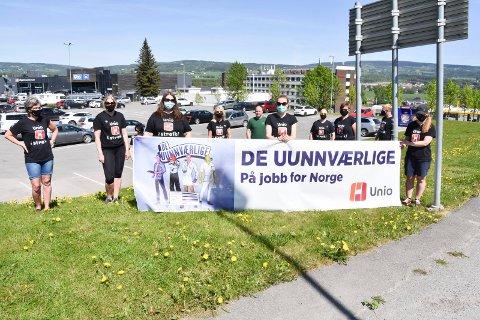 I STREIK: Barnehagelærere fra tre kommunale barnehager i Furnes på plass ved Olrud Handelspark tirsdag.