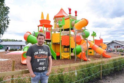 DAGLIG LEDER OG EIER: Raymond Henriksen foran den nye lekeplassen på Steinvik camping.