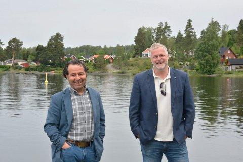 Fornøyde: Kultursjefene Asle Berteig og Morten Midtlien, her på Jessnes omtrent akkurat på grensa mellom Ringsaker og Hamar, tar tak for å lage en fin sankthansfeiring.