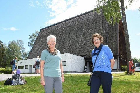 """På film for første gang: Ragnhild Dammen (t.v.) og Reidun Borgen Vinje fra Brumunddal sa ja til å være statister i forbindelse med innspillingen av filmen """"Storm"""" i Brumunddal kirke."""