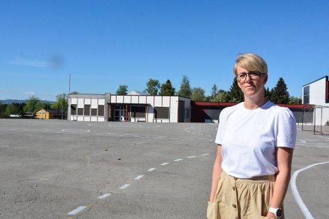 Tom skolegård: Marion Robsahm, rektor  på Kirkekretsen skole, synes det er trist å se ut over en tom skolegård.