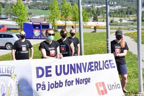 STREIKER: Barnehagelærere fra Simenstua, Kylstad og Furnes barnehager på plass i Olrudbakken tirsdag.