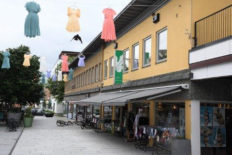 ØVREGATE 4: Tom Sørum har solgt Øvregate 4, kjent som Sentrumsgården, i Brumunddal.