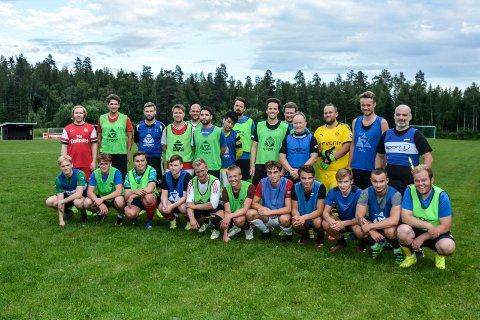 Fotballag: Her er gutta som samlet seg til årets første trening på Tømmermyra.
