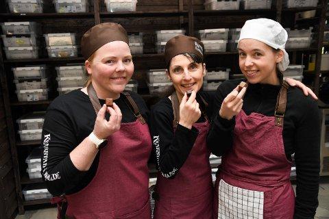 Nam, nam:  Den trioen hevder at de aldri vil bytte jobb. Og det er kanskje ikke så rart, med tanke på at Jeanette Mathisen (t.v.), Teodora Peeva og Linn Ihle kan spise sjokolade i arbeidstiden. Kvinnene jobber nemlig ved Kvarstad Sjokolade på Rudshøgda.