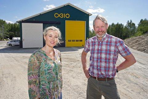 Fornøyd: Styringsgruppeleder Kjersti Bjørnstad i Biovalley og daglig leder Einar Stuve i Oplandske Bioenergi AS foran Norges første anlegg for karbonfangst og -lagring i kommersiell drift på Rudshøgda.