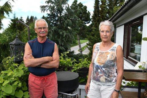 Håper på det beste: En ny gang- og sykkelveg kan bli lagt bare 1,67 meter fra husveggen til Ruth og Frank Karlsen i Moelv. Dermed kan ekteparets unike hage ryke.