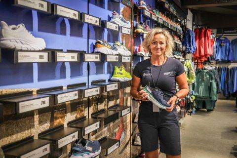 SELGER SÅ DET GRINER: Folk kommer langveisfra for å kjøpe Hoka-sko av Hanne Fossum og resten av gjengen på Sport 1 Mølla.