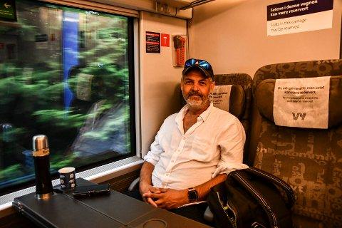 PENDLER I SOMMER: Tom Carlsen reiser fra Lillehammer til Hamar.