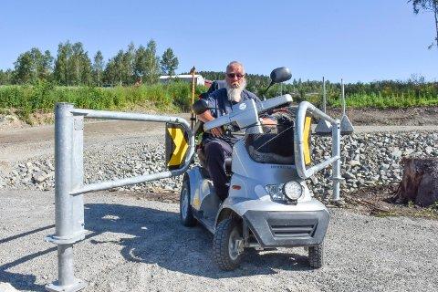 HIT, MEN IKKE LENGER: Arne Martinsen kom seg ikke forbi bommen på gang- og sykkelstien i Harpviken fredag.