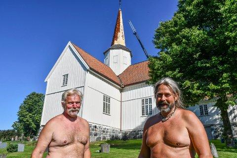 RESTAURERER: Dag Harald Vasveen (t.v.) og Sindre Nygård heises opp i en kurv fra mobilkran for å erstatte sponen på spiret.