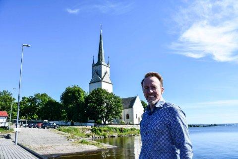 Skal skifte tak: Nes kirke har mottatt 1,6 millioner kroner for å ivaretakelse av bygget. På bildet: kirkeverge Kai Ove Berg