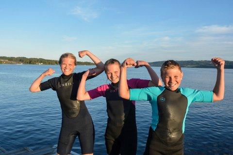 Supertrio: Margrethe (bak) Astrid og Einar svømte fra Hamar til Brumunddal. Her der de framme på brygga og kan juble for den utrolige svømmeturen.