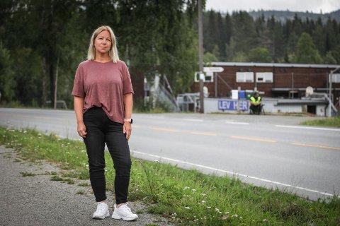 Oppgitt: Tine Marie Brovold Christensen er nærmeste nabo til Fagernes skole og den mye omtalte 40-sonen som går forbi.