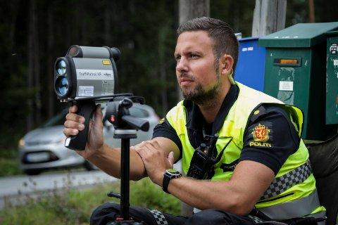 På jobb: Eirik Petterøe målte fart i Næroset torsdag.