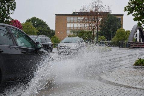 Farevarsel: Det meldes om fare i forbindelse med styrtregn, lyn og torden og jordskred. Det er meldt opp til 45 millimeter med nedbør.  Her fra Brumunddal torsdag ettermiddag.
