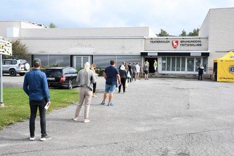 VAKSINEKØ: Torsdag var første dag med vaksinering av Moderna i Teatersalen i Brumunddal. 140 innbyggere ble vaksinert hvert time.