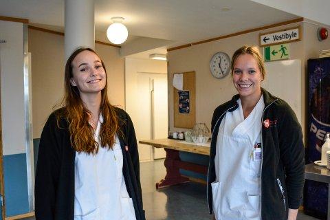 STUDENTER: Andrea Bråtebæk Hoelstad og Karianne Kurud ser begge lyst på en framtid innen kommunen.