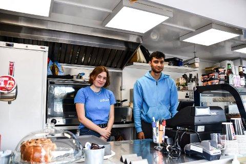 Hyggelige gjester: sommervikarer Rebekka og Mohaymen synes de som kommer innom som regel er snille og imøtekommende. På bildet: Rebekka Harstad og Mohaymen Al-Diaami