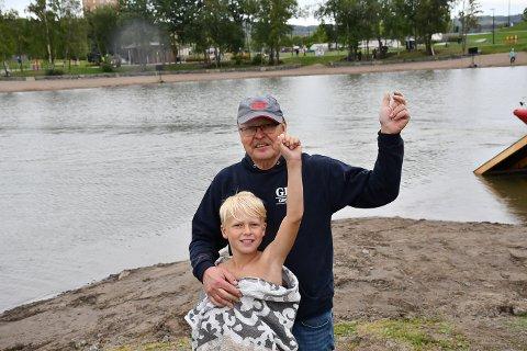 Slapp jubelen løs: Timian Elvelund slapp jubelen løs med bestefar Jan Grønvold etter at han stakk av med publikumsprisen.