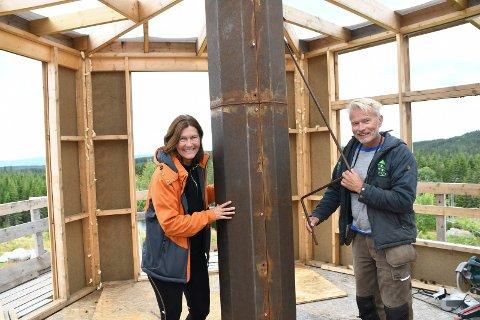 Spennende: Ann-Mari Jahr og Frode Schei er i gang med å bygge Norges første dreibare tretopphytte.