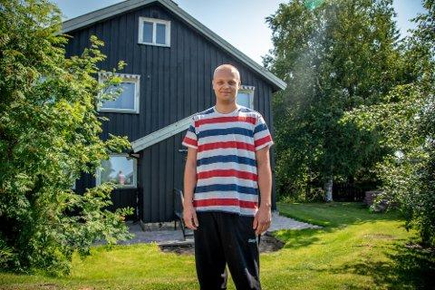 ADELIGE ANER: Carl Anders Johnsgård Cederstrøm (21) fra Mesnali har adelige aner. Det gir han en liten fordel. Første august er det 200 år siden adelsloven ble innført i Norge, og adelen avskaffet. – Det er bra at det skjedde, mener Cederstrøm.