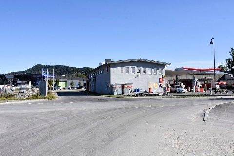 HER: I dette krysset, Ringsakervegen/Strandsagvegen/Fabrikkvegen, skal kommunen bygge ny rundkjøring. TIl høyre bensinstasjonen på stedet. Se flere bilder i bildekarusellen.