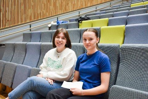ARRANGØRER: Det var elever fra Politikk og menneskerettigheter ved Ringsaker videregående skole som arrangerte debatten. Mina Olsen og Elisabeth Solli var fornøyd med gjennomføringen.