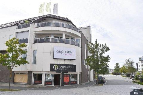 PARKGÅRDEN: Det er for tiden to legesentre i Parkgården i Brumunddal med til sammen ti fastlegehjemler. Nå kan det bli ett større legesenter i bygningen.