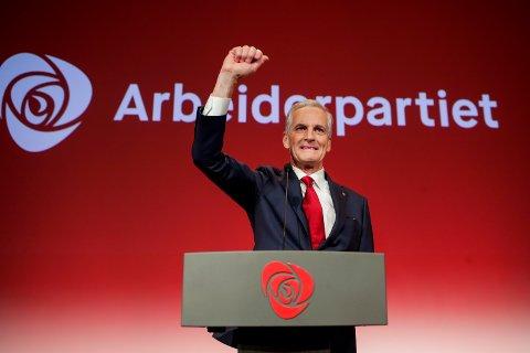 Ap-leder Jonas Gahr Støre taler Arbeiderpartiets valgvake i Folkets Hus i Oslo. Han ligger nå godt an til å overta som statsminister etter Høyre-leder Erna Solberg.
