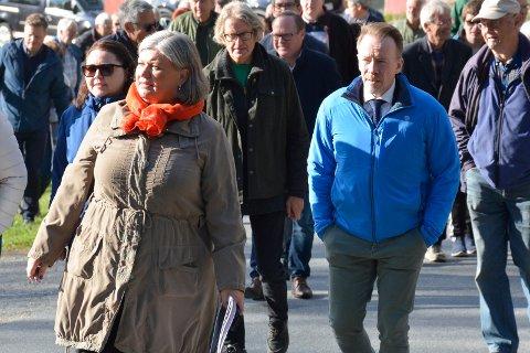 VEDTOK NYE TILTAK: Kai Ove Berg (H) i blått foreslo tre tiltak kommunen må ta hensyn til når de skal bygge nytt sjukehjem i Parkvegen. Her med blant annet ordfører Anita Ihle Steen (Ap) under onsdagens befaring.
