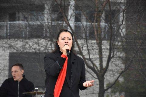 RØRT: Det var en følelsesladd Phung Hang som sto på scenen på Torget i Brumunddal lørdag.