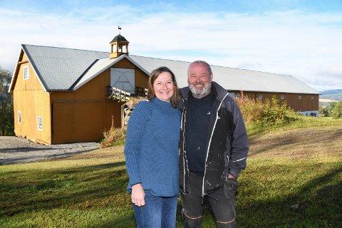 Fornøyde eiere: Lykke og Einar Martinsen er nye eiere av Fjelstad gård i Moelv.
