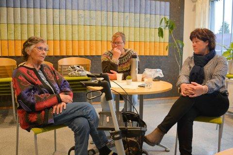 Alvorlige: Marit Lagmandsveen er lei seg for situasjonen. Her har hun besøk på sjukehjemmet av døtrene Rønnaug og Ingrid.
