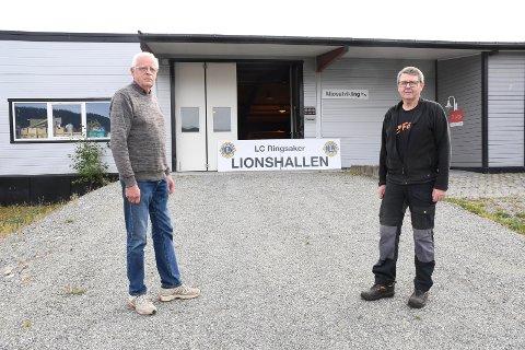 Endelig blir det loppemarked: Lions Club Ringsaker, her representert ved Henrik Daarstad (t.v.) og Lars Ivar Windju,  inviterer til loppemarked om halvannen uke.