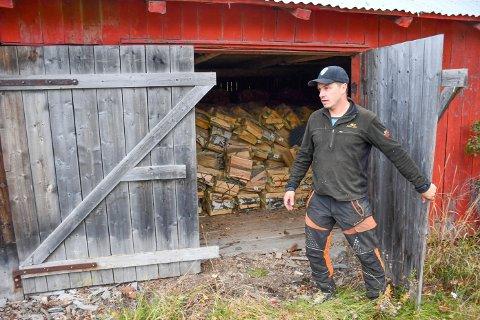 PÅGANG: Brumunddølen Ivan Elvelund har solgt ved i mange år, men sjelden har folk vært så tidlig ute og kjøpt så mye ved som i høst.