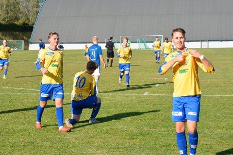 VANT SIST: Ringsaker IF stakk av med alle poengene da lagene møttes i Idrettsparken i Moelv i august. Her feirer Torbjørn Falch Rustand og RIF-spillerne scoring.