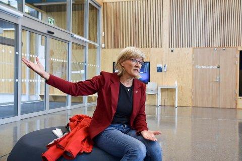 SV-POLITIKER: Karin Andersen stakk innom Stavsberg skole i Furnes tirsdag.