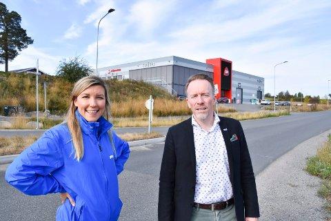 KLAR TALE: Høyre-politikerne Anna Molberg og Kai Ove Berg er klare på at Biltema bør få etablere seg i området bak dem, i Åker E6 Handelspark.