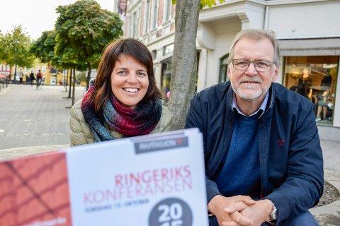 Konferanseklare: Linda Moholdt Nordgården og Jan Erik Gjerdbakken i Ringerike Næringsforening samler over 200 deltakere til Ringerikskonferansen 15. oktober.