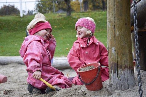 Augusta og Emilie lekte onsdag i Vik formingsbarnehage, lykkelig uvitende om at barnehagetilbudet ble diskutert et steinkast unna i Hole herredshus.