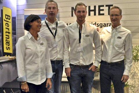 Mona Bjertnæs, Peter Lie, Christian Bjertnæs og Sverre Bjertnæs viste stolte fram deres nye superkledning.