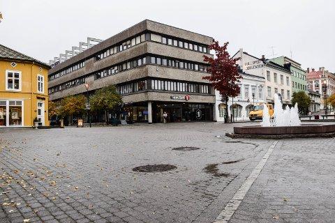 - Gjøres ikke mer med parkering og tilgjengelighet i bykjernen er alle «småbutikker» snart borte, dessverre kanskje for godt, skriver Karl Hermod Aarøen.