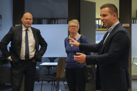 Adminstrerende direktør Ove Haukåssveen i AIM (til venstre), styrets nestleder Grethe Fossli og daglig leder Olav Tronrud i Tronrud Engineering under besøket på Eggemoen onsdag.