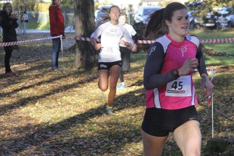Ingeborg Dahl klarte så vidt å løpe fra Marte Pedersen over den siste strekningen inn mot mål under søndagens løp i Schjongslunden.