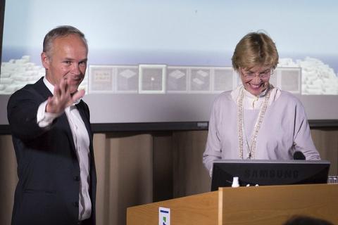 Moderniseringsminister Jan Tore Sanner (H) sammen med kartverkssjef Anne Cathrine Frøstrup under åpningen av Hackathon.